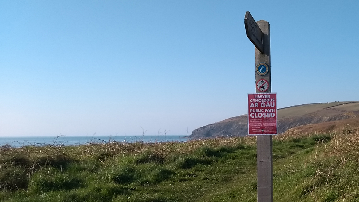 Path closure sign at Ceibwr